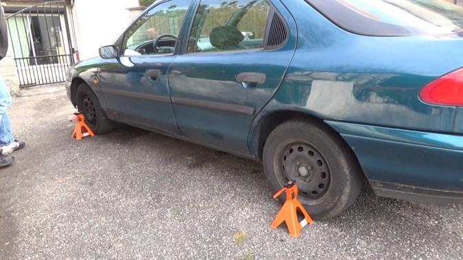 Posez 2 chandelles sur un côté du véhicule