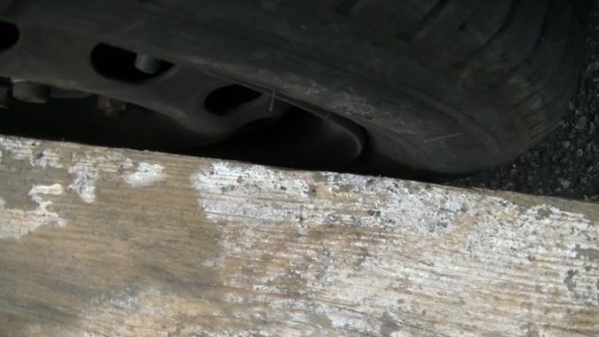 4ième point de contact non réalisé, la règle laisse un espace de quelques millimètres à l'avant du pneu : la roue avant est pincée
