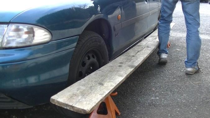 Mettez la règle en appui sur la roue arrière puis sur la roue avant