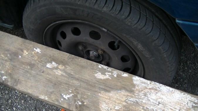La règle est en appui sur la roue arrière
