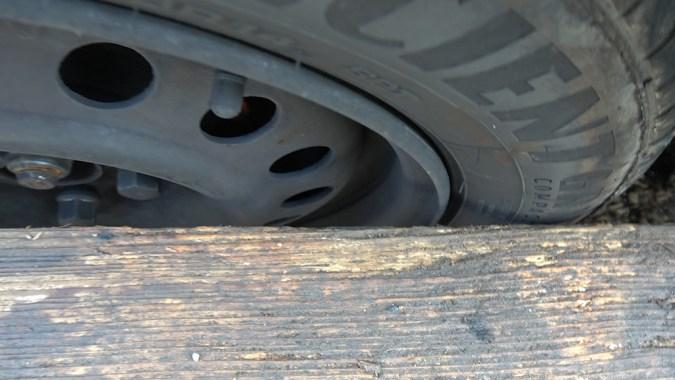 4ième point de contact non réalisé, la règle laisse un espace de quelques millimètres à l'arrière du pneu : la roue avant est légèrement trop ouverte