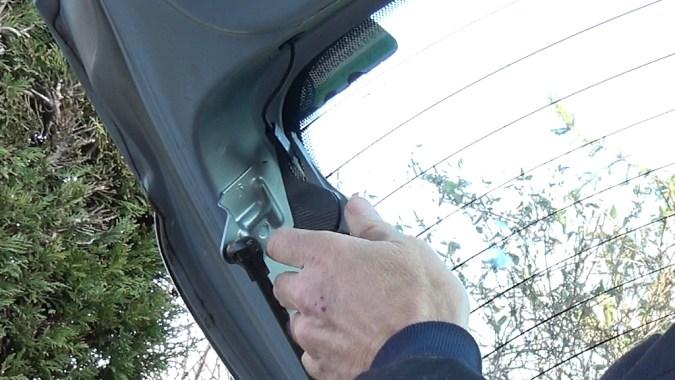 Connectez un multimètre aux bornes des fils électriques de la lunette arrière dégivrante