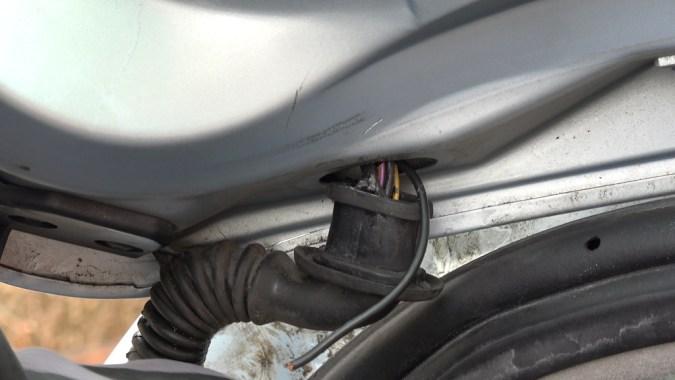 Déboîtez l'autre extrémité de la goulotte et récupérez la deuxième partie du fil électrique
