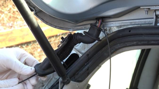 Tirez sur le tire-fils pour faire glisser le fil électrique dans la goulotte