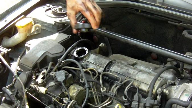 Déposez le bouchon de remplissage d'huile situé sur le haut du moteur