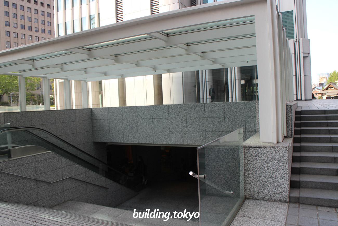 新宿野村ビル、地下への階段。