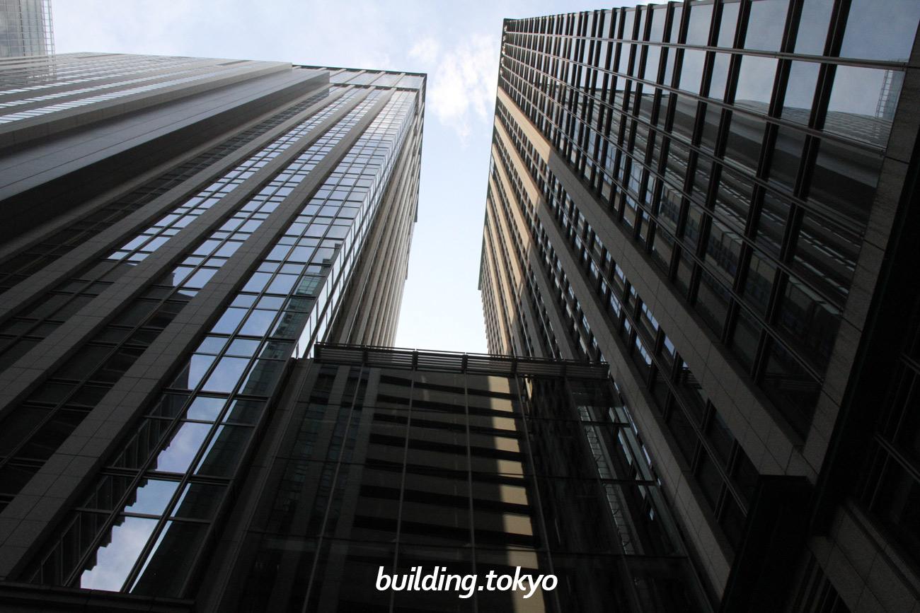 左側が丸の内トラストタワー本館で、右側が丸の内トラストタワーN館です。