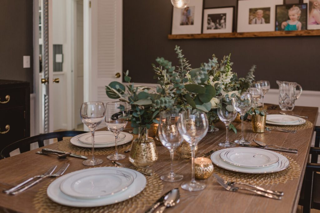 Holiday flower arrangement in the modern dining room makeover | Buidling Bluebird #flowerarrangement #holidaytablesetting #bhgorc