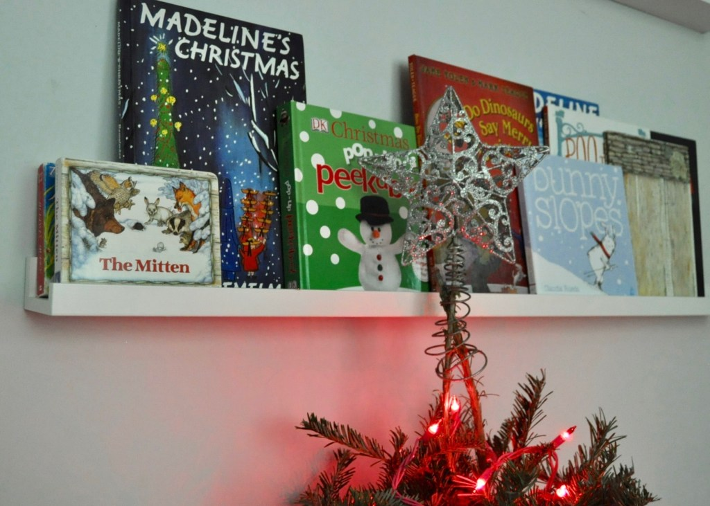 Display your childrens Christmas books for easy holiday decor | Building Bluebird #christmasdecor #holidaydecor