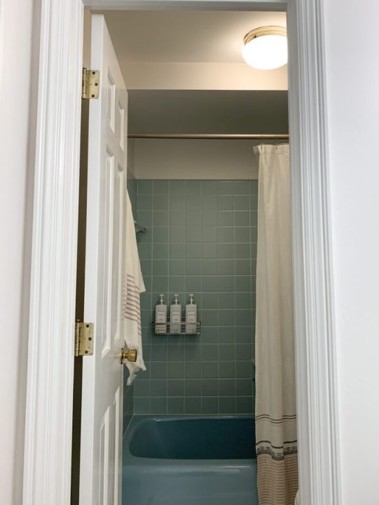 Simple bathroom organization solutions   Building Bluebird #retrobathroom #bluetile