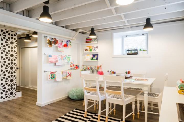 7 inspiring unfinished basement makeovers - Justine Sterling| Building Bluebird #exposedceiling #paintedceiling #playroom #craftroom