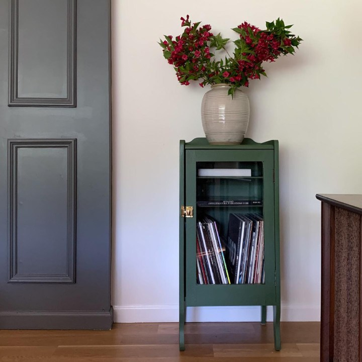 Old cabinet makeover - DIY projects in the living room | Building Bluebird #oakmoss #sherwinwilliams #extremebondprimer