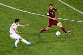 South Korea's Lee Keun ho, left, scores the opening goal past Russia's Sergei Ignashevich (4) during the group H World Cup soccer match between Russia and South Korea at the Arena Pantanal in Cuiaba, Brazil, Tuesday, June 17, 2014. (AP Photo/Thanassis Stavrakis)