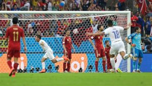 Chile's Eduardo Vargas, second left, after scoring his side's first goal during the group B World Cup soccer match between Spain and Chile at the Maracana Stadium in Rio de Janeiro, Brazil, Wednesday, June 18, 2014. (AP Photo/Natacha Pisarenko)