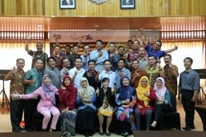Senyum, Foto bersama para peserta dan pemateri pada kegiatan bimbingan teknis