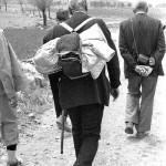 دکتر منوچهر ستوده ( دستها در پشت) باستانی پاریزی با عصا ( کوله پشتی بر پشت) در کوههای لالهزار همایون صنعتی در طرف چپ دیده میشود ـ عکس از ایرج افشار