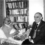 ایرج افشار در عیادت از باستانی پاریزی در منزلش
