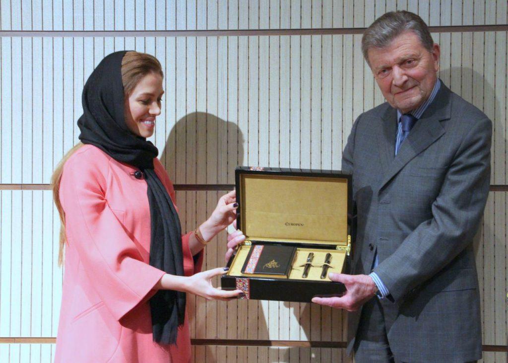 اهدا قلم یادبود خیام توسط طراح قلم خانم مونا گلستانی .