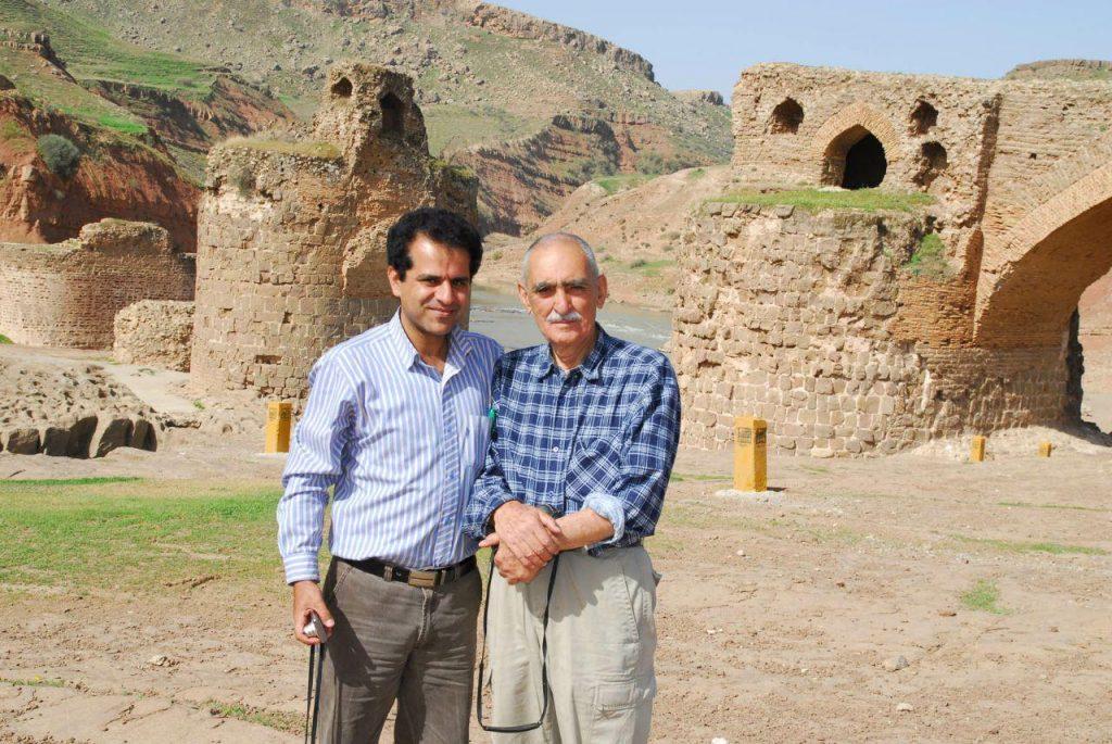 استاد ایرج افشار با منوچهر تتری در دره شهر (بازدید از پل گاو میشان)