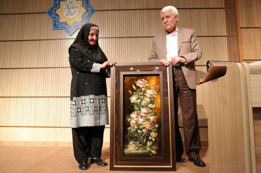 اهدای تابلو فرش دستباف تبریز تقدیمی از خاندان دکتر اسماعیل رفیعیان توسط دکتر توفیق سبحانی
