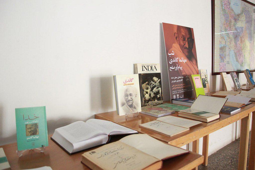 بیش از هشتاد عنوان کتاب که در طول شصت سال به فارسی درباره هند و گاندی منتشر شده به نمایش گذاشته شده بود.