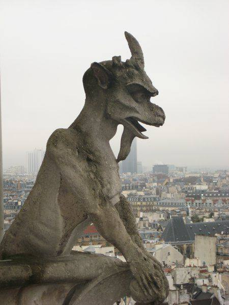 Ką simbolizuoja ant Notre Damo katedros esančios statulos?