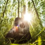 Cara Memetik Gitar Akustik dengan Baik dan Benar Sesuai Ketentuan Gitaris Profesional