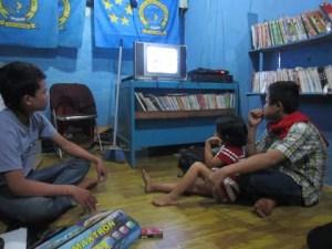 Paul (kanan) sedang menyaksikan video akumassa Depok