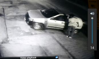 चोरों की यह करतूत सीसीटीवी में कैद हो गई है। फुटेज साफ दिख रहा है कि सेंट्रो कार सवार तीन चोरों ने वारदात को अंजाम दिया।