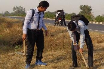 बच्चों से श्रमदान किया और सफाई अभियान में हिस्सा लिया।