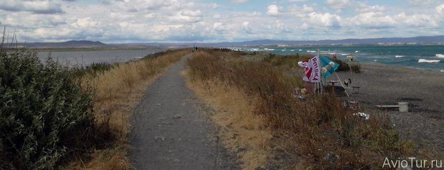 На фото Поморийская коса. Слева Поморийское озеро справа Чёрное море