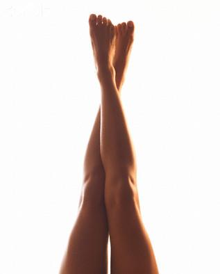 Meias de compressão, caminhadas e pernas para cima ajudam a evitar as varizes.