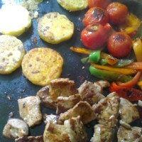 Plancha de Filet mignon de porc marinés, Poivrons et galettes de Polenta croustillantes