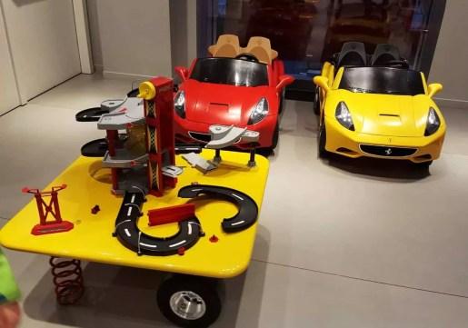 Spielecke Ferrari Flagship Store Mailand