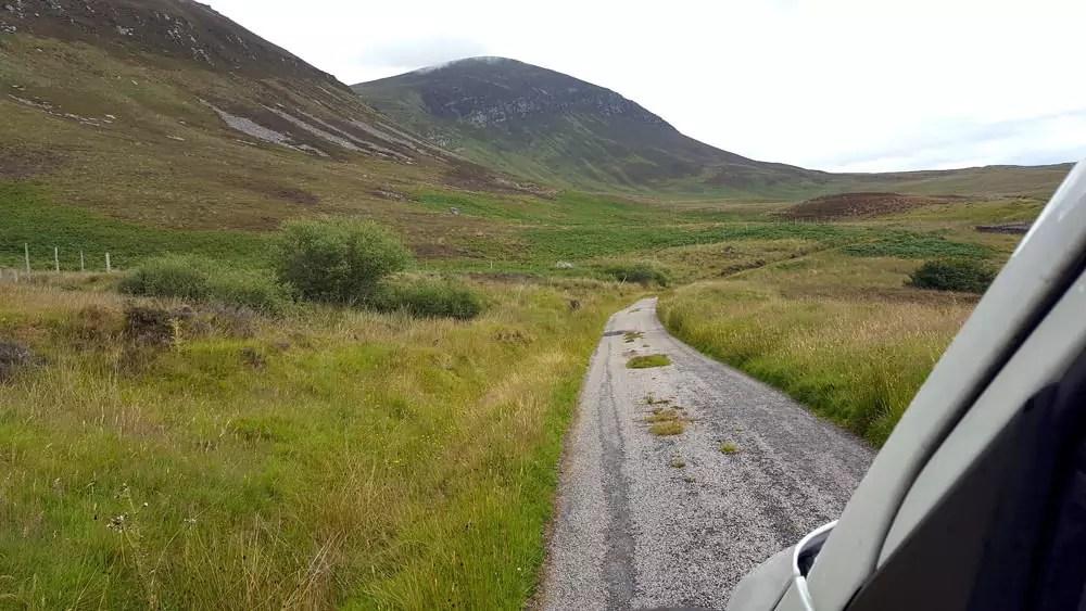 In der Einsamkeit der Highlands fahren und übernachten