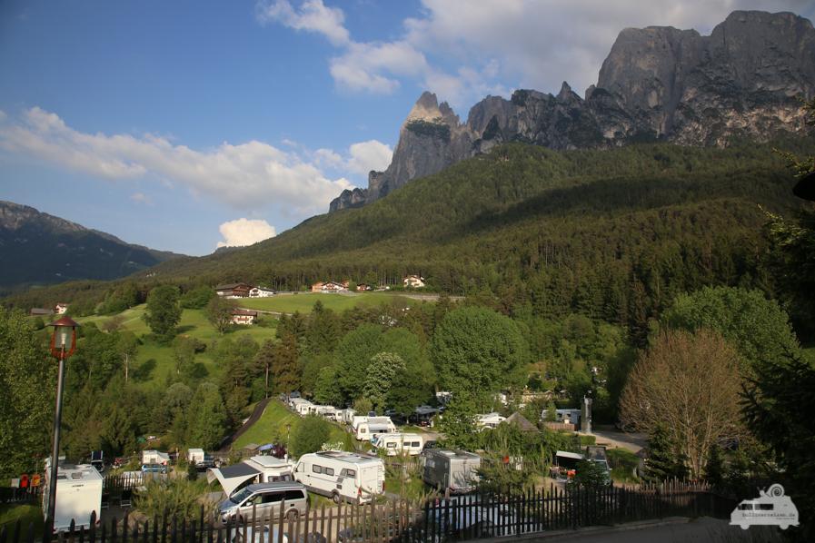 Campingplatz mit Bergpanorama