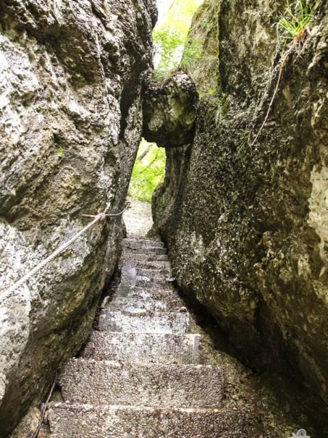 Viele Stufen steil bergauf