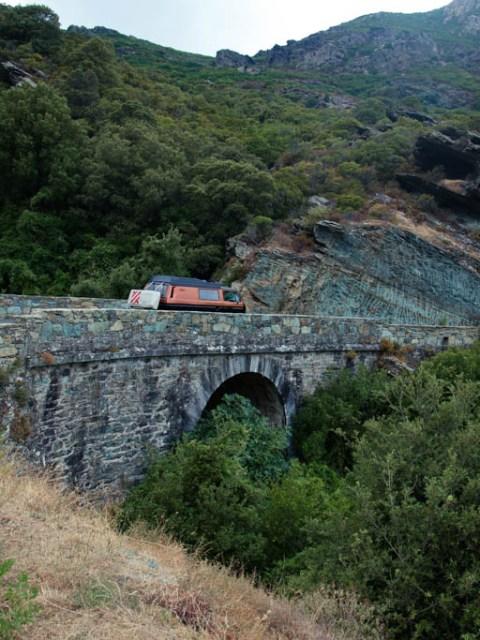 VW Bus auf einer alten Steinbrücke