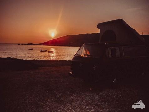VW Bus im Sonnenaufgang