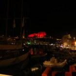 Am Abend wird die Zitadelle bunt beleuchtet