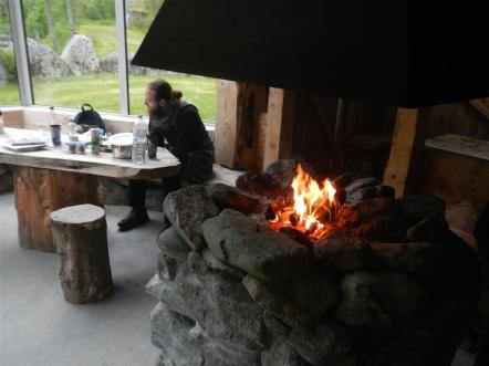 Eine kleine Hütte mit Feuerstelle läd zum Verweilen ein