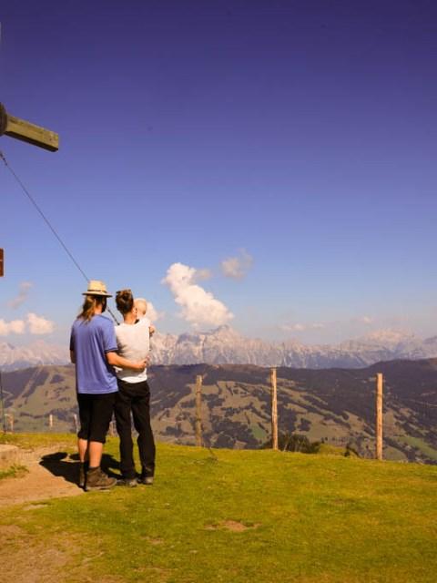 Gipfelkreuz in Österreich mit Kind