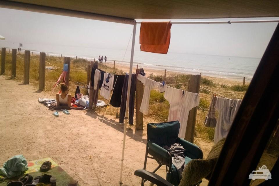 Wäsche waschen am Meer