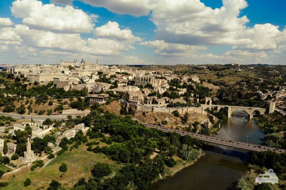 Toledo ist eine alte Stadt auf einem Hügel über dem Flachland von Castilla-La Mancha