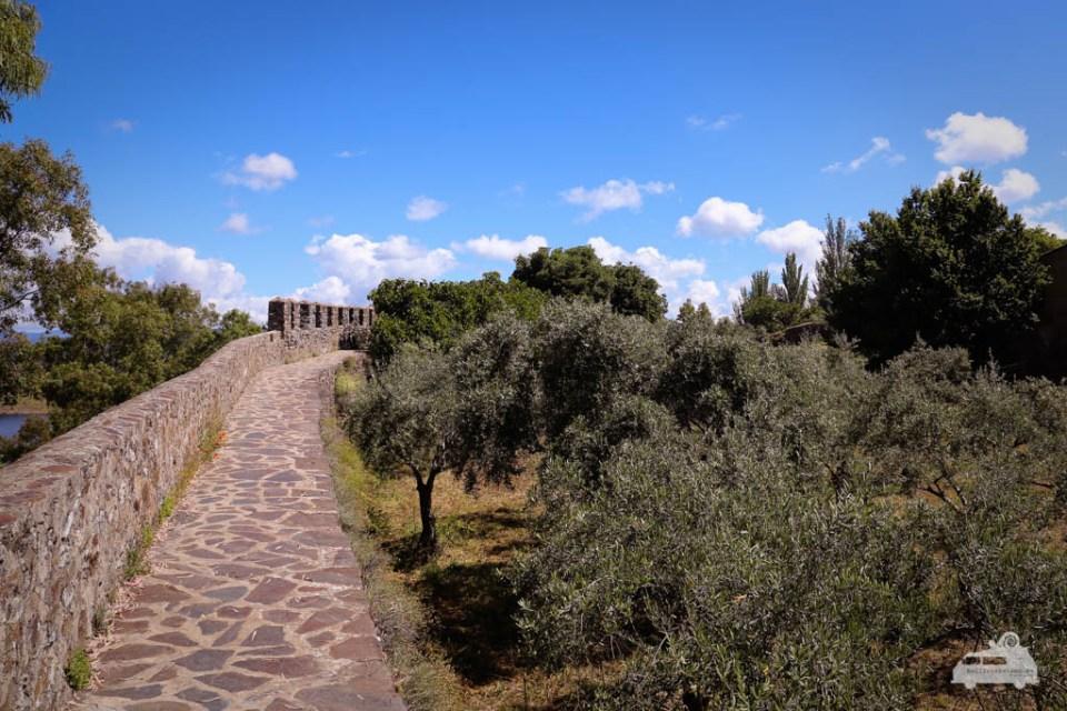 Wir laufen auf der alten Stadtmauer und haben so einen tollen Blick über die Ruinen und Stausee Gabriel y Galán