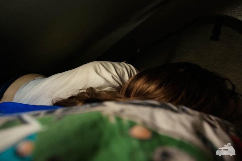 Schlafen unterm Dach im VW Bus