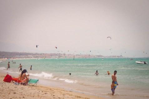 Kitesurfer am Strand von Tarifer