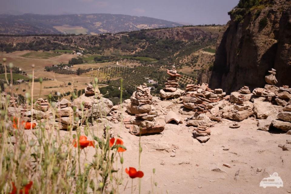 Steinhaufen zur Trollabwehr in Ronda Andalusien