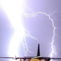 Какво се случва със самолета, когато бъде ударен от светкавица?