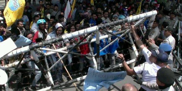 demo-mahasiswa-soal-kenaikan-harga-bbm-ricuh-di-surabaya selasa 19 Nov 2014